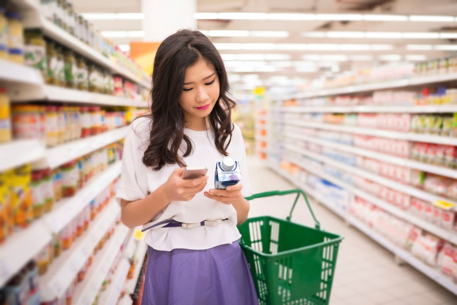 Woman in supermarket with Tetra Prisma® Aseptic carton